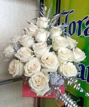 Aranjament floral in plic cu trandafiri albi