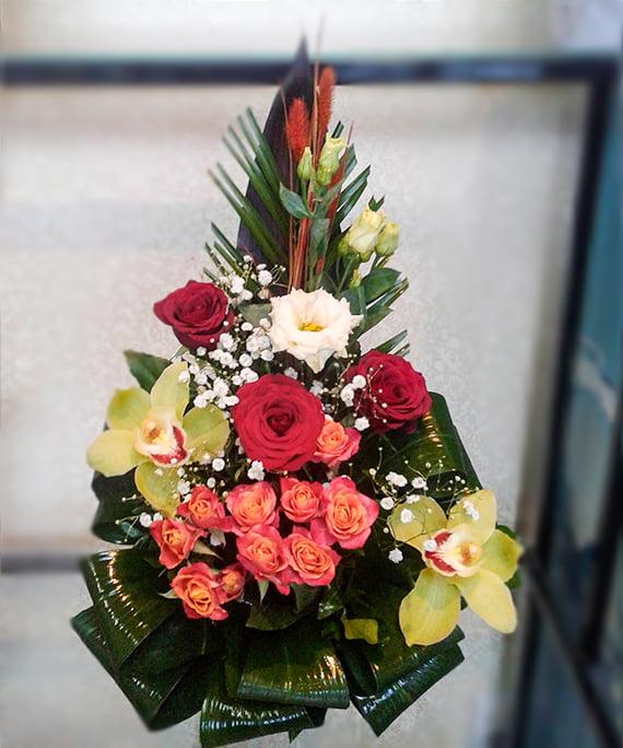 Aranjament in ceramica cu trandafiri si orhidee