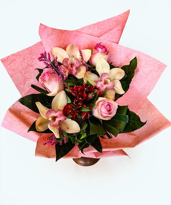 Buchet rotund cu trandafiri roz si Cymbidium 1
