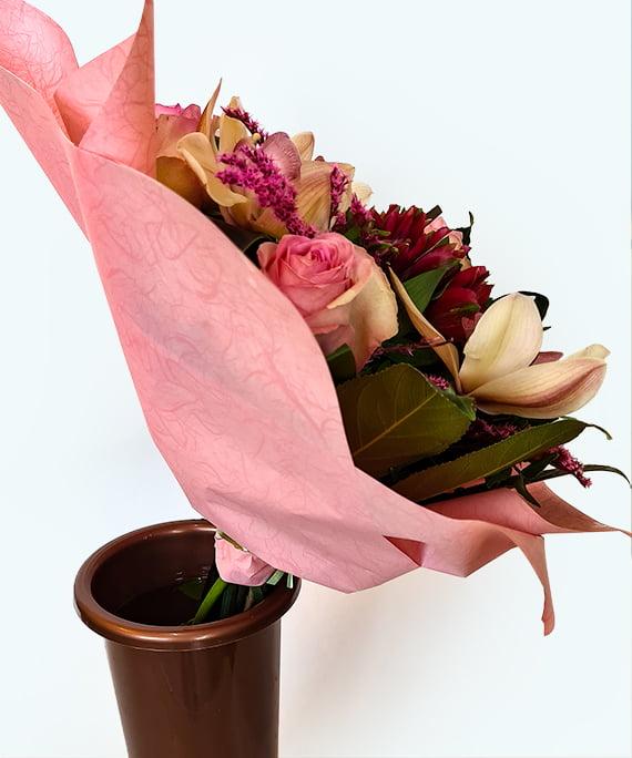 Buchet rotund cu trandafiri roz si Cymbidium 2