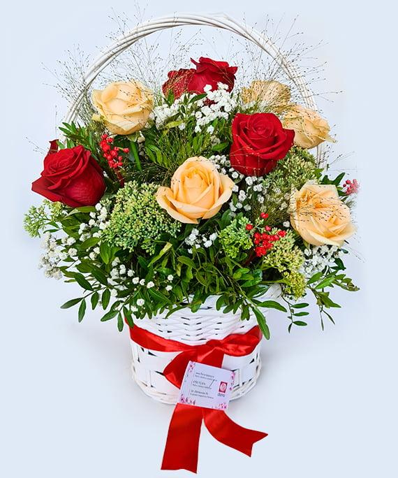 Cos cu 11 trandafiri piersica si rosii b1