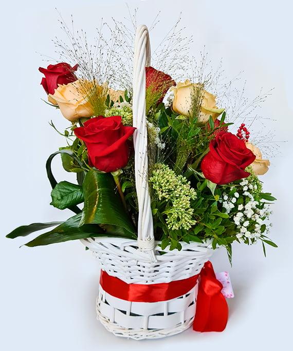 Cos cu 11 trandafiri piersica si rosii b2