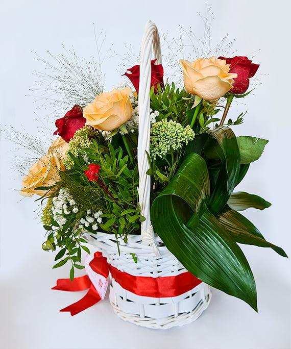 Cos cu 11 trandafiri piersica si rosii b3