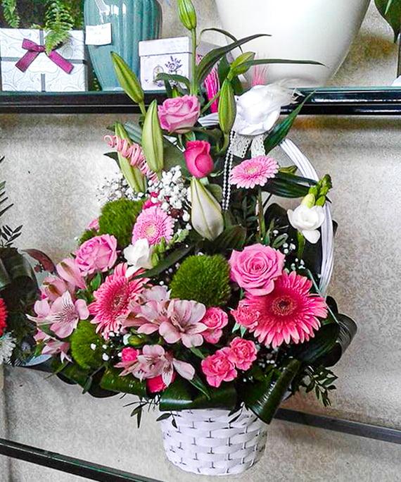 Cos cu trandafiri rosii minigerbera si frezii albe 2