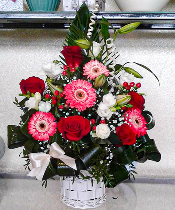 Cos cu trandafiri rosii minigerbera si frezii albe