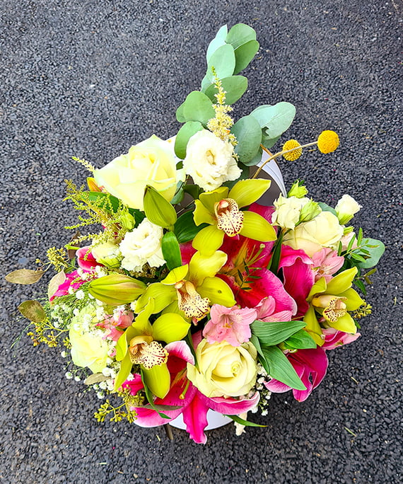 Cutie alba cu trandafiri si crini 8