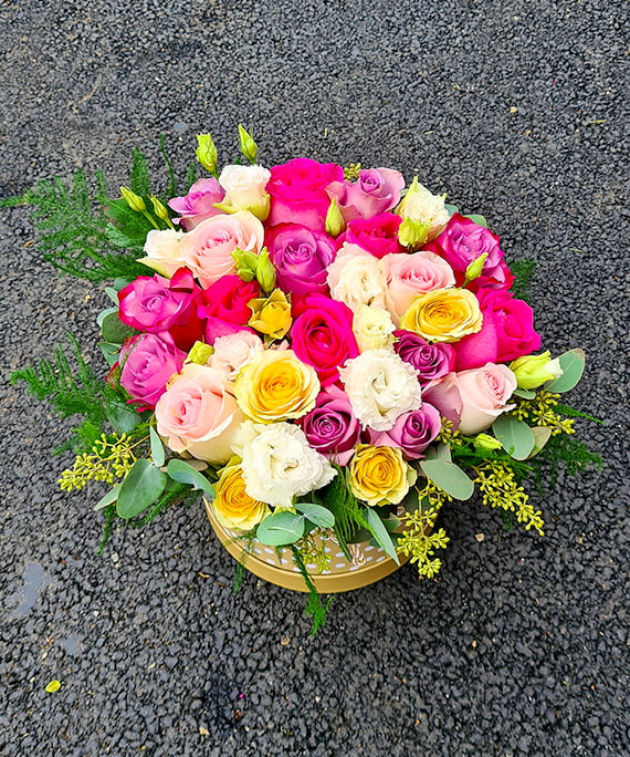 Cutie rotunda cu trandafiri ciclam mov si miniroza a1