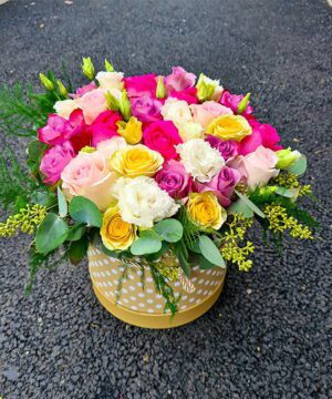 Cutie rotunda cu trandafiri ciclam mov si miniroza a2