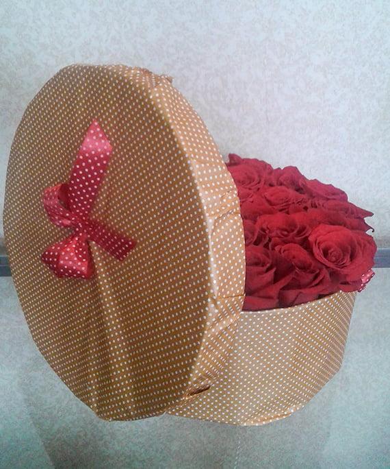 Cutie rotunda cu trandafiri rosii 2